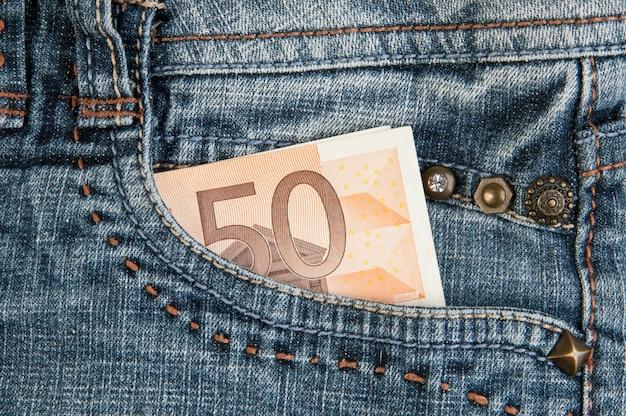 ポケットにユーロ紙幣