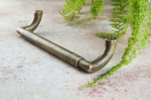 Старинная бронзовая дверная ручка