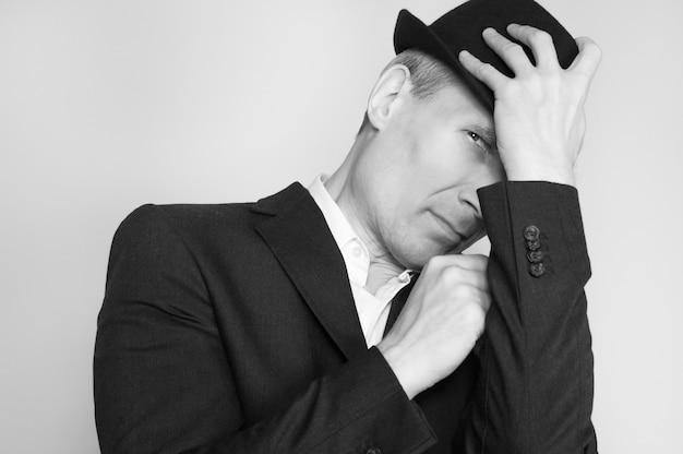 黒い帽子の中年の男