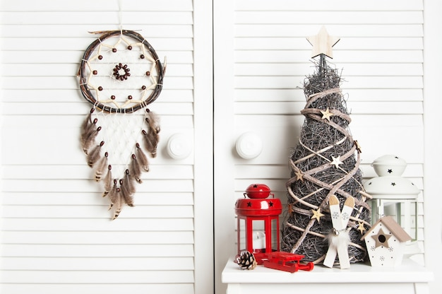 ドアの背景にクリスマスドリームキャッチャー