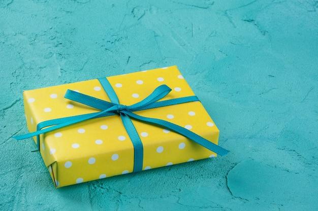 Желтая белая коробка в горошек