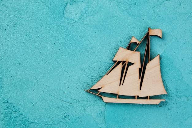 アクアマリンの背景に木製のボート