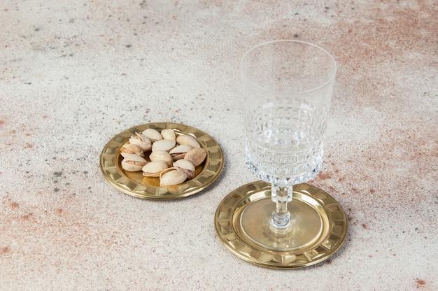 Старинные латунные подставки, маленькая тарелка на бетоне