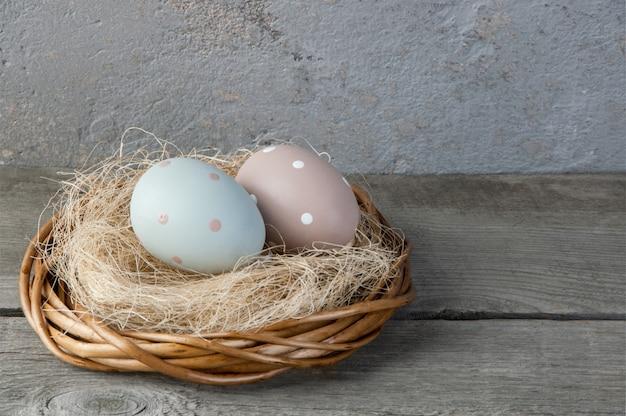 古い木製の背景に巣の卵