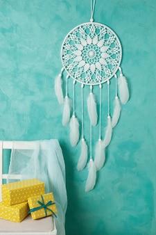 Белая вязаная салфетка для сна на аквамарине