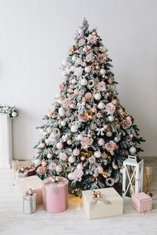 シルバー、ゴールド、ピンクのクリスマスツリー