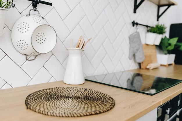 白いタイルの広々としたモダンな北欧のロフトキッチン。明るい部屋。モダンなインテリア。