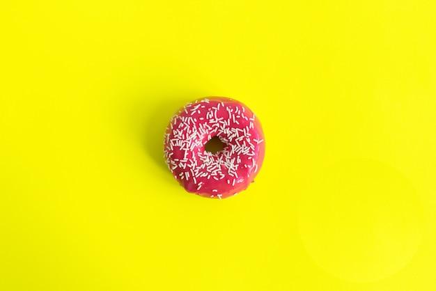 分離されたピンクの振りかけたドーナツ