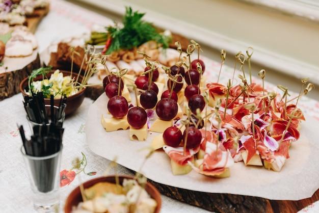 パーティーや結婚披露宴でのゲストのための前菜またはスナック