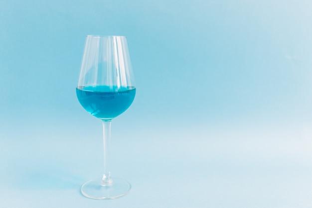 天然ブルーワインのグラス
