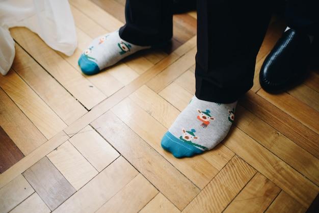 Человек, носящий красочные творческие смешные носки