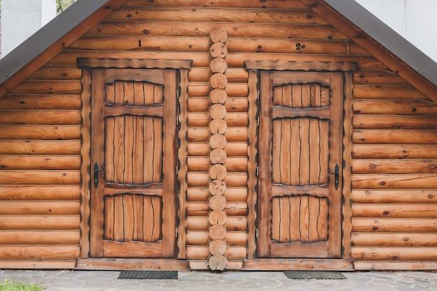 Вход в деревянный дом с двумя симметричными дверями