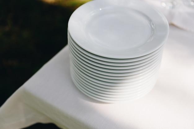 Штабелированные тарелки на фуршете ждут гостей на вечеринке или мероприятии