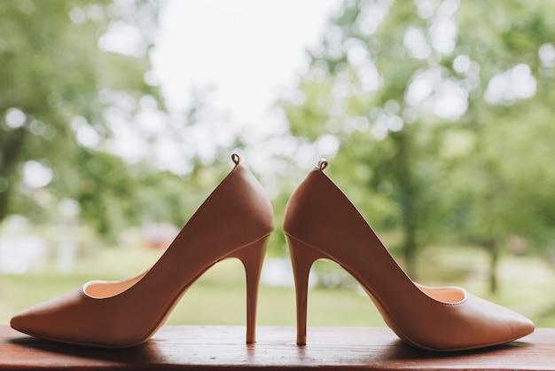 Пара простых элегантных туфель на высоком каблуке