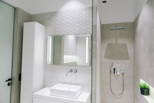 Современный роскошный интерьер ванной комнаты, красивый минималистичный дизайн с душем, раковиной и зеркалом