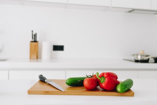 サラダ用の新鮮な有機野菜:ピーマン、トマト、キュウリ