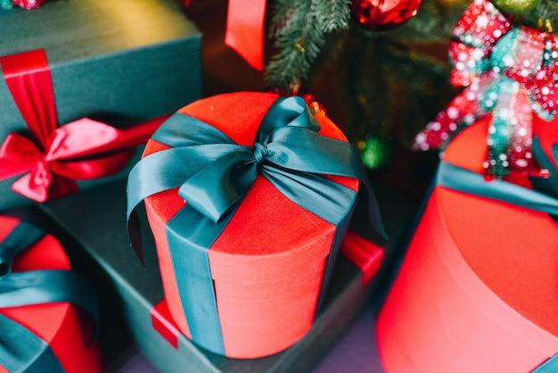 Красиво завернутые рождественские подарки в красном и зеленом