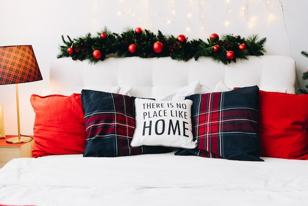 枕とクリスマスライトのある非常に居心地の良いモダンなクリスマスの家