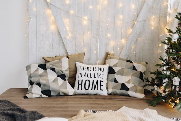 Очень уютная и современная новогодняя идея дизайна интерьера с подушками и рождественскими огнями