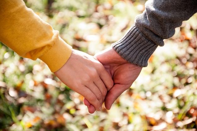 自然の中でロマンチックな散歩