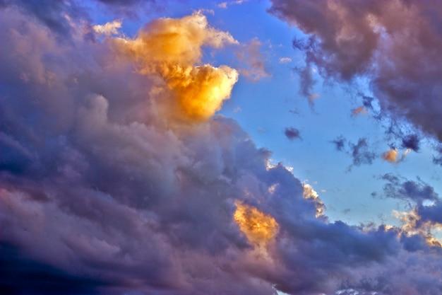 赤、黄、オレンジ色の夕焼けの劇的な空