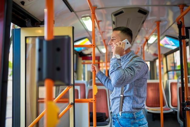 バスの中で若い男