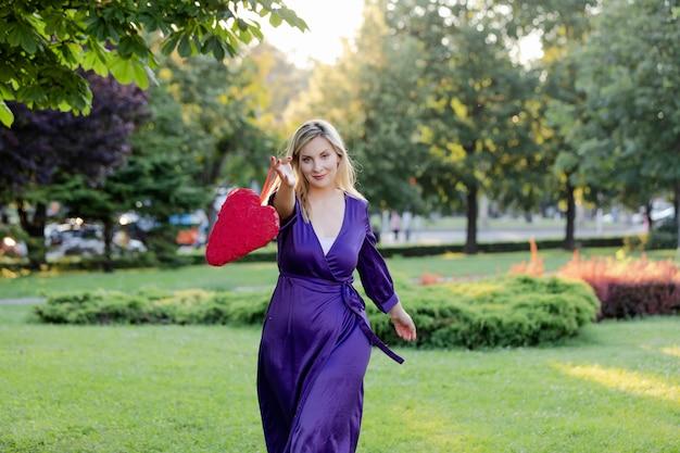 公共の公園で美しい金髪の女性の肖像画