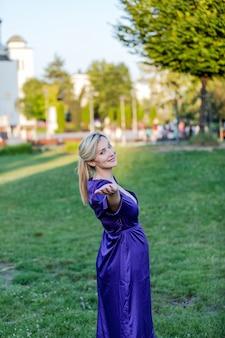魅力的なブロンドは公園で瞑想を楽しんでいます