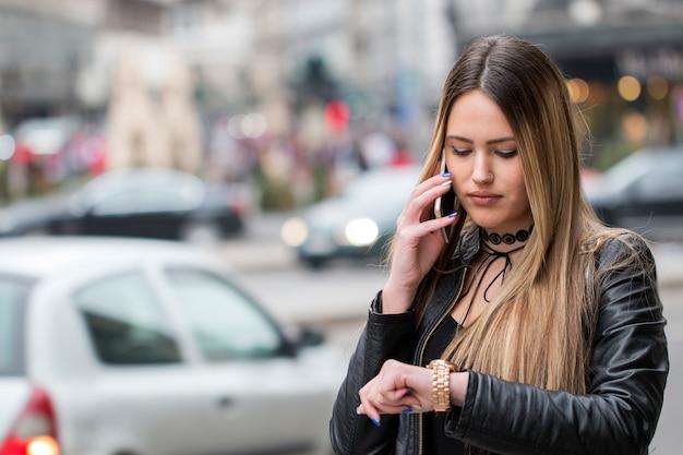 Портрет привлекательная женщина разговаривает по мобильному телефону