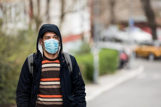 Зрелый человек носить гигиеническую маску для предотвращения вируса. экологическая концепция