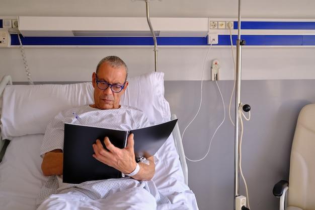 Взрослый пациент работает в больнице - концепция здравоохранения и страхования