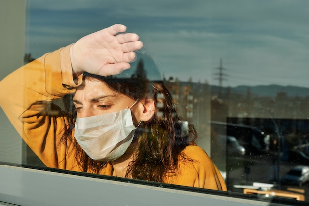 監禁中の若い女性、コロナウイルスによる検疫。ウイルスの概念