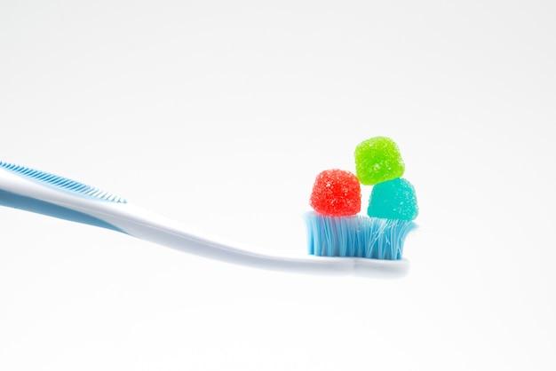 お菓子、健康と歯科医療の概念と不健康な砂糖乱用の歯ブラシ