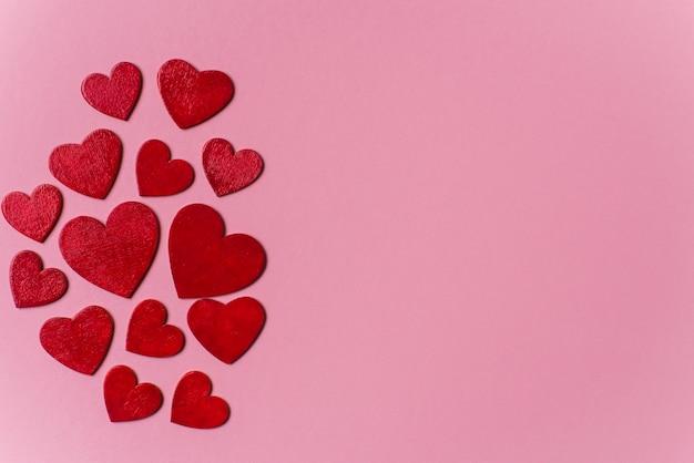 木製の赤いハート、バレンタインの日と愛の概念