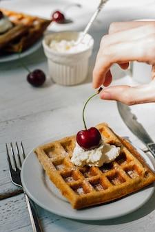 全粒ワッフルとホイップクリームでの朝食