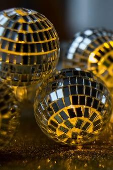 クリスマスの夜に飾られたクローズアップクリスタルボール