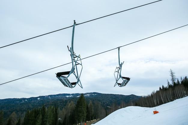 スキー場とスキーリフトのある冬の山々のパノラマ。アルプス。オーストリア。
