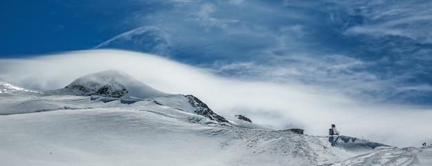 白い冬の山は青い曇り空に雪で覆われています。アルプス。オーストリア。ピッツターラー・グレッチャー
