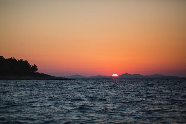 夕焼け空。海の夕日。美しい夕日。クロアチア。スプリット