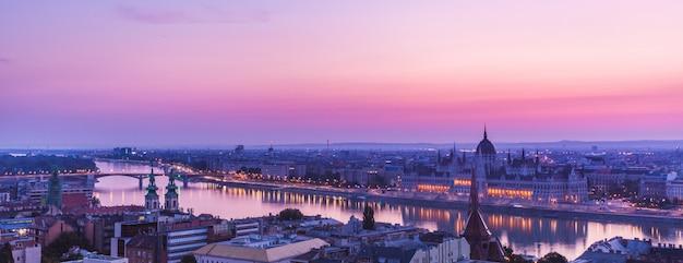 ドナウ川のハンガリー国会議事堂のパノラマ景観