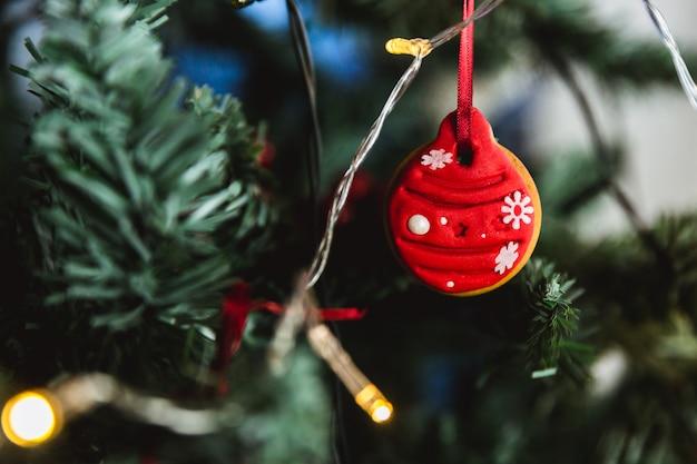 手描きのクリスマスツリーにクリスマスジンジャーブレッドボール。