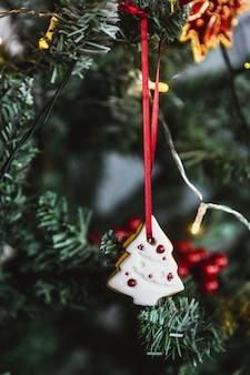 手描きのクリスマスツリーにクリスマスジンジャーブレッドホワイトツリー。