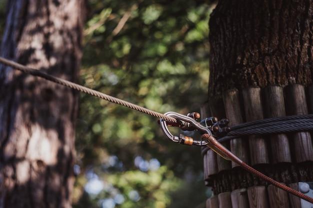 Карабин и веревка из систем безопасности в парке приключений