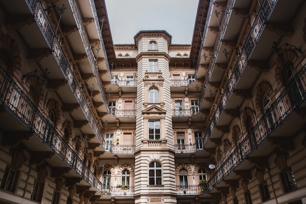 ハンガリー、ブダペスト市の古い歴史的建造物の中庭。