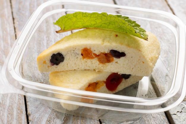Творог с черным изюмом, полезный завтрак в коробке с едой