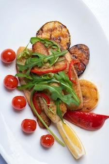 ラタトゥイユ、ズッキーニ、ナス、ピーマン、タマネギ、ニンニク、トマトをハーブで煮込んだ野菜のシチュー。
