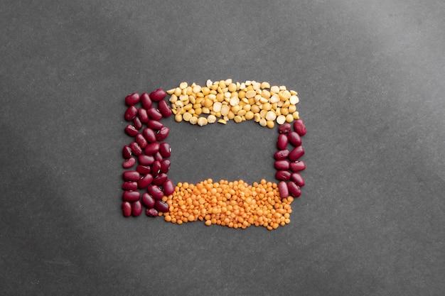 小豆、エンドウ豆、レンズ豆の背景、フラットレイアウトを閉じる