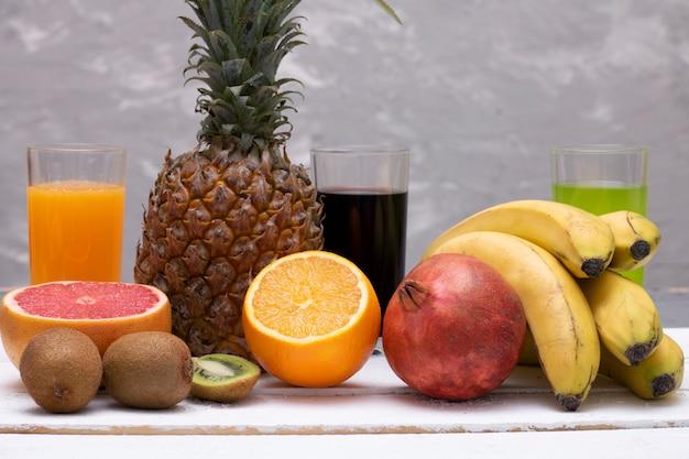 木製のテーブルにトロピカルフルーツ