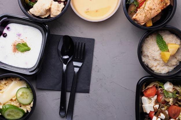プラスチックの箱で体重を減らす準備ができたビーガン食事