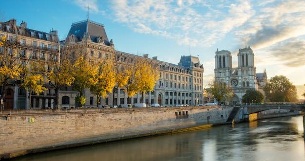 フランス、パリのノートルダム大聖堂とセーヌ川